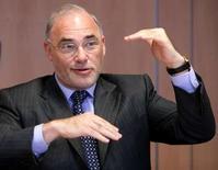 <p>le directeur général adjoint de SAP, Leo Apotheker. L'éditeur allemand de logiciels d'entreprises affirme ne pas avoir observé de ralentissement dans son secteur en 2007. /Photo d'archives/REUTERS/Mal Langsdon</p>