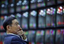 <p>A bolsa de Tóquio fechou em alta de 2,1 por cento nesta quinta-feira, recuperando-se parcialmente do pior nível em dois anos, à medida que uma alta do dólar ajudou a reduzir o temor de recessão nos Estados Unidos. Mas persistiram no pregão da região o tom de cautela e a volatilidade. Photo by Nicky Loh</p>