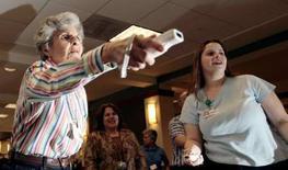 <p>Américaines jouant sur la Wii. Infogrames entend devenir d'ici à trois à cinq ans un éditeur de référence pour les jeux familiaux et investir de plus en plus dans les jeux pour le grand public que la console de Nintendo a séduit. /Photo d'archives/REUTERS/Kevin Lamarque</p>