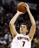 <p>O ala do Toronto Raptors Andrea Bargnani arremessa em partida contra o Sacramento Kings. Photo by Mike Cassese</p>