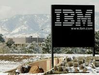 <p>Confirmant les chiffres provisoires, le numéro un mondial des services informatiques IBM a publié un bénéfice net trimestriel de 3,95 milliards de dollars, soit 2,80 dollars par action, contre 3,46 milliards (2,31 dollars/action) un an auparavant. Il fait état d'une hausse de 5% de son chiffre d'affaires sur les marchés américains au quatrième trimestre, inférieure à celles enregistrées dans les autres grandes régions. /Photo d'archives/REUTERS/Rick Wilking</p>