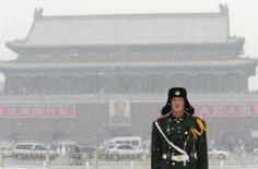 <p>Policial observa a neve na praça da Paz Celestial, em Pequim, na quinta-feira. Photo by Claro Cortes Iv</p>
