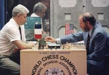 <p>O ex-campeão mundial de xadrez Bobby Fischer (direita) em foto de arquivo da partida de 1992 contra o arquirival soviético Boris Spassky. Photo by Ivan Milutinovic</p>