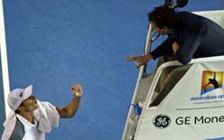 <p>O tenista norte-ameircano Andy Roddick of the U.S. (esq) discute com o árbitro durante partida contra o alemão Philipp Kohlschreiber, pelo Aberto da Austrália. Roddick perdeu a paciência e a chance de conquistar seu primeiro título do Aberto da Austrália ao ser derrotado por Kohlschreiber, em uma emocionante partida da terceira rodada. Photo by Steve Holland</p>