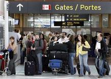 <p>Air Canada passengers wait in long lines for boarding passes at Pearson International Airport in Toronto November 16, 2007. REUTERS/ Mike Cassese</p>