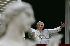 <p>Papa Benedetto XVI saluta i fedeli alla preghiera dell'Angelus, in un'immagine di archivio. REUTERS/Max Rossi</p>