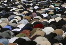 <p>Musulmani sciiti pregano durante la processione della Ashura a Karachi. REUTERS/Zahid Hussein</p>
