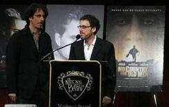 "<p>Ethan e Joel Coen accettano il premio per la miglior sceneggiatura non originale per ""No Country For Old Men"" durante la National Board Of Review of Motion Pictures a New York. REUTERS/Lucas Jackson (UNITED STATES)</p>"