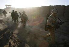 <p>Canadian troops from the NATO-led coalition (R) and Afghan National Army soldiers head out into battle against Taliban insurgents during a combat operation in Kandahar province, southern Afghanistan November 17, 2007. REUTERS/Finbarr O'Reilly</p>