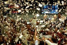 <p>Traders na Bovespa em imagem de arquivo. O medo de uma recessão nos Estados Unidos e de que a crise de crédito faça mais vítimas entre os grandes bancos mundiais atingiu os mercados brasileiros nesta segunda-feira de feriado norte-americano. Photo by Paulo Whitaker</p>