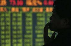 <p>Un uomo controlla l'andamento della Borsa. REUTERS/Stringer</p>