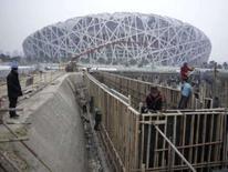 <p>Operários trabalham na construção de uma fonte do lado de fora do estádio Ninho de Pássaro, em Pequim, nesta foto tirada no domingo. Photo by China Daily</p>