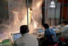 <p>Cinesi navigano su Internet a Pechino. ASW/TS</p>