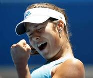 <p>Sérvia Ana Ivanovic comemora ponto em partida contra a norte-americano Venus Williams pelas quartas-de-final do Aberto da Austrália. Ivanovic venceu por 2 sets a 0. Photo by Darren Whiteside</p>