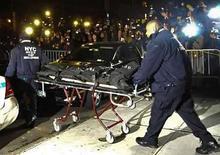 <p>La Policía de Nueva York traslada el cuerpo del actor Heath Ledger desde su departamento en Nueva York (22-01-08). Médicos forenses de la ciudad de Nueva York realizaron una autopsia al actor Heath Ledger el miércoles y dijeron que la causa de la muerte de la estrella del cine sería determinada en entre 10 días a dos semanas. Photo by Marko Georgiev/Reuters</p>