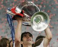 <p>Meia do Milan Kaká segura o troféu da Liga dos Campeões, em foto de arquivo de maio. Photo by Phil Noble</p>