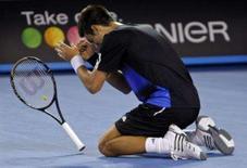 <p>O tenista sérvio Novak Djokovic comemora vitória contra o suíço Roger Federer no Aberto da Austrália, em Melbourne. A invencibilidade de Roger Federer foi destroçada no Melbourne Park na sexta-feira, quando o número 1 do mundo foi eliminado nas semifinais do Aberto da Austrália por Novak Djokovic. Photo by Tim Wimborne</p>