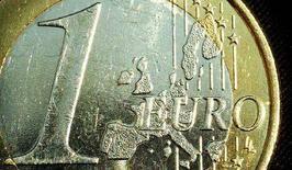 <p>Монета достоинством в один евро. Лондон, 26 мая 2003 года. Словакия введет евро в 2009 году, однако другие страны Восточной Европы вступят в еврозону на ранее чем через четыре года из-за опасений по поводу инфляции, свидетельствуют данные опроса Рейтера, опубликованные в пятницу. (REUTERS/Peter Macdiarmid)</p>