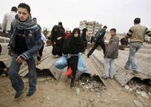 <p>Палестинцы направляются в Египет через разрушенную часть стены на границе сектора Газа и Египта 27 января 2008 года. Исламистская группировка ХАМАС в субботу предложила восстановить разрушенную стену на границе сектора Газа и Египта путем дипломатических переговоров с Каиром, в то время как контроль над границами сектора планирует получить президент Палестинской автономии Махмуд Аббас. (REUTERS/Suhaib Salem)</p>