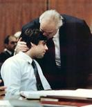 <p>Christian Brando (a sinistra) baciato dal padre in tribunale a Santa Monica in una immagine del 1990. REUTERS/Pool/Files</p>