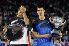 <p>Novak Djokovic e seu adversário Jo-Wilfred Tsonga posam para foto após Djokovic vencer a final masculina do Aberto da Austrália. Photo by Tim Wimborne</p>