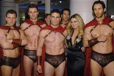 "<p>Cast member Carmen Electra poses with men in costume at the premiere of ""Meet the Spartans"" in Los Angeles January 23, 2008. REUTERS/Phil McCarten</p>"