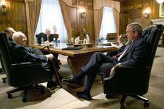 <p>Il presidente Usa George W. Bush (d) con il capo della chiesa mormone Gordon B. Hinckley (s). REUTERS/Eric Draper/White House/Handout</p>