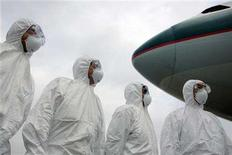 <p>Members of Hong Kong's Health Department participate in a simulation exercise at the Hong Kong International Airport March 17, 2006. REUTERS/Alex Hofford/Pool</p>