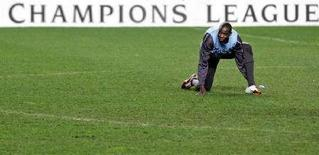 <p>Mohamed Sissoko si scalda prima di una partita. REUTERS/Nacho Doce</p>