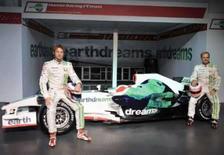 <p>Pilotos da equipe Honda Jenson Button (esquerda) e Rubens Barrichello posam ao lado do novo carro RA108 para a próxima temporada da Fórmula 1, nesta terça-feira, em Brackley, Inglaterra. Photo by Toby Melville</p>