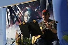 <p>El músico cubano Silvio Rodríguez se presenta en la cárcel de Guamajal en Santa Clara (28-01-08). Silvio Rodríguez, la voz de la revolución cubana, cantó el lunes tras las rejas de una prisión como parte de una gira por las 'zonas incómodas' de la sociedad. Photo by Claudia Daut/Reuters</p>