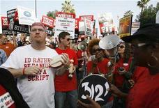 <p>Striking members of the Writers Guild of America, West chant during a rally in Hollywood, California November 20, 2007. REUTERS/Mario Anzuoni</p>