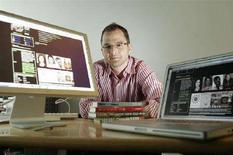 <p>Lo scrittore Josh Kilmer-Purcell nel suo ufficio con la sua pagina in myspace.com, New York, 14 giugno 2006. REUTERS/Keith Bedford</p>