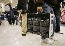 <p>La confezione della PlayStation 3 (PS3) di Sony in un negozio negli Usa, 17 novembre 2006. REUTERS/Tami Chappell</p>