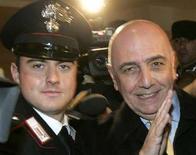 <p>Il vicepresidente del Milan Adriano Galliani arriva scortato da un carabiniere ad una riunione della Lega Calcio a Fiumicino, il 6 febbraio 2006. REUTERS/Dario Pignatelli</p>