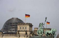 <p>A Quadriga do Portal de Bradenburgo e o prédio parlamentar alemão Reichstag, em Berlim. Uma equipe de especialistas trouxe à tona sob um estacionamento da zona central de Berlim um porão de 800 anos atrás que, segundo eles, indica que a cidade se originou no século 12, antes do que se imaginava até agora. Photo by Johannes Eisele</p>