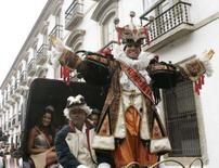 <p>O rei Momo, Alex Oliveira, acena para o público durante festividades antes do Carnaval, no Rio de Janeiro. Alex também é aluno da primeira turma de pós-graduação de Carnaval da Universidade Estácio de Sá, que termina em setembro. Photo by Sergio Moraes</p>