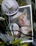 <p>Una fotografia-ricordo di Heath Ledger appoggiata davanti al palazzo di New York dove l'attore è morto lo scorso 23 gennaio. REUTERS/Nicholas Roberts (UNITED STATES)</p>