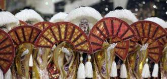 <p>Foliões da escola de samba Unidos da Vila Maria desfilam no Carnaval de São Paulo. Photo by Paulo Whitaker</p>