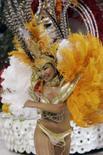 <p>Integrante da escola de samba Unidos da Vila Maria dança durante desfile de Carnaval em São Paulo. A segunda noite de desfiles do Carnaval em São Paulo trouxe duas favoritas ao título de 2008. A educação e a arte ilustradas pela Vai-Vai dividiram o destaque com os nomes da MPB apresentados pela Império da Casa Verde. Photo by Paulo Whitaker</p>