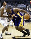 <p>Kobe Bryant (dir) do Los Angeles Lakers tenta passar por Nick Young do Washington Wizards durante o segundo tempo do jogo de domingo da NBA. Bryant marcou mais pontos sozinho no primeiro quarto do que o Washington Wizards e ajudou seu time a bater o adversário por 103 a 91 neste domingo. Photo by Joe Giza</p>