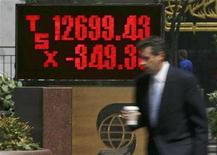 <p>A man walks past a sign showing the results of the Toronto Stock Exchange in Toronto August 16, 2007. REUTERS/Peter Jone</p>