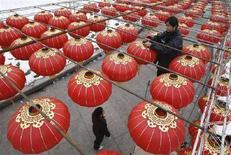 <p>Un operaio sistema delle lanterne in vista del capodanno cinese a Wuhan, nella provincia di Hubei. REUTERS/Stringer</p>