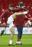 <p>O meio campista do Liverpool Steven Gerrard durante treino em Londres. Gerrard será o capitão da seleção inglesa no amistoso de quarta-feira contra a Suíça, na estréia do novo técnico Fabio Capello no comando da Inglaterra. Photo by Eddie Keogh</p>