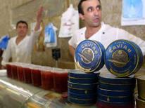 <p>Банки икры, выставленные на продажу, на одном из рынков Москвы 20 июля 2001 года. Организация Объединенных Наций сняла годичный запрет на экспорт белужьей икры после того как, страны Каспия согласились снизить общую квоту на вылов осетровых рыб. (REUTERS/WILLIAM WEBSTER)</p>