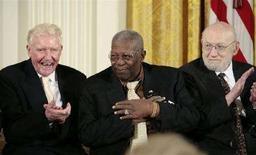 <p>Joshua Lederberg (a destra) mentre riceve insieme a BB King (centro) e Paul Johnson (sinistra) la Medaglia Presidenziale alla Libertà - il più alto riconoscimento civile americano - alla Casa Bianca nel 2006. REUTERS/Larry Downing (UNITED STATES)</p>