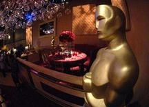 <p>An Oscar statue with a table setting in the background is displayed during a preview of food and decor for the 80th Academy Awards Governors Ball in Hollywood January 30, 2008. No one will get inside one of Hollywood's most exclusive Oscar night parties this year: Vanity Fair magazine said on Tuesday it was scrapping its famous fete in support of Hollywood's writers in their three-month-old strike. REUTERS/Phil McCarten</p>
