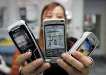 <p>Alcuni cellulari in mostra. REUTERS</p>