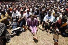<p>Pessoas vão a funeral de vítima da violência no Quênia, a oeste de Nairóbi, 9 de fevereiro. Os partidos políticos do Quênia moderaram suas posições sobre a reeleição do presidente Mwai Kibaki e parecem prestes a fechar um acordo que poderá pôr fim à sangrenta crise política. Photo by Zohra Bensemra</p>