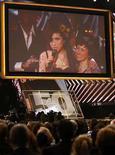 <p>Amy Winehouse habla vía satélite desde Londres junto a su madre Janis, tras ganar un Grammy por mejor álbum pop del año, durante la ceremonia realizada en Los Angeles (11-02-08). La cantante británica Amy Winehouse, que en el 2007 vivió un rápido descenso desde joven promesa a encabezar los titulares de la prensa por sus excesos con el alcohol y las drogas, se quedó el domingo con cinco premios Grammy, máximo galardón de la industria musical. Photo by Mike Blake/Reuters</p>
